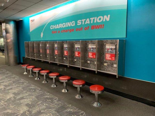 Раньше это были платные телефоны в аэропорту - теперь бесплатная зарядка