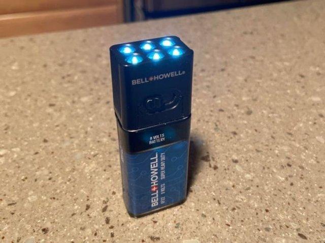 Фонарик крепится в батарее