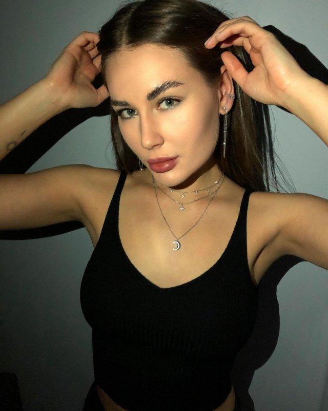 Блогер Юлия Иванова в черной кофте
