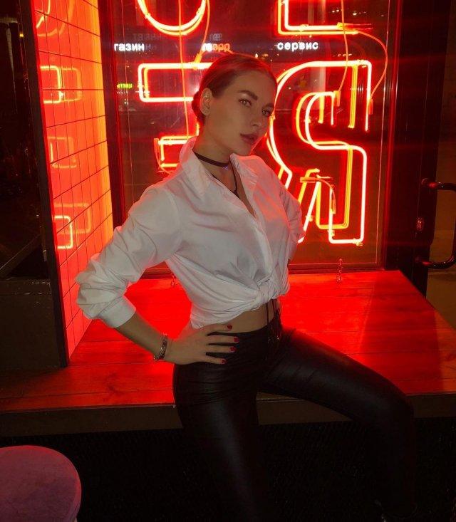 Блогер Юлия Иванова в белой рубашке и кожаных штанах