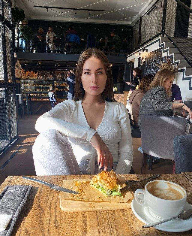Блогер Юлия Иванова в белом топе