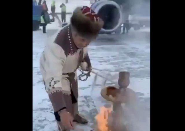 Шаман освящает Sukhoi Superjet 100 с помощью магического ритуала