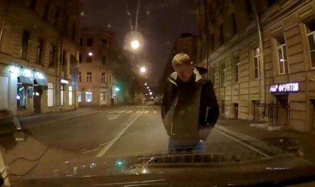 Странный парень, решивший, что дорога для пешеходов