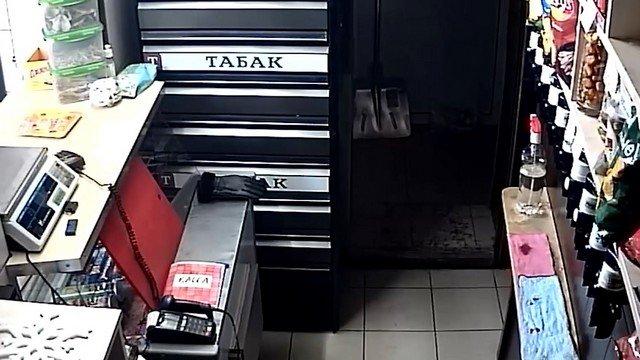 В Кемерове 22-летний парень надел на голову кофту, а на руки носки  - и ограбил магазин