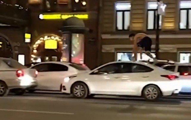 Блогер на крыше машины