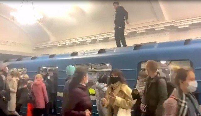 Танцы в метро на вагоне