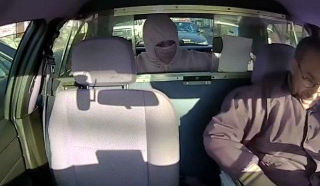 Мгновенная карма для вооруженного грабителя, напавшего на таксиста