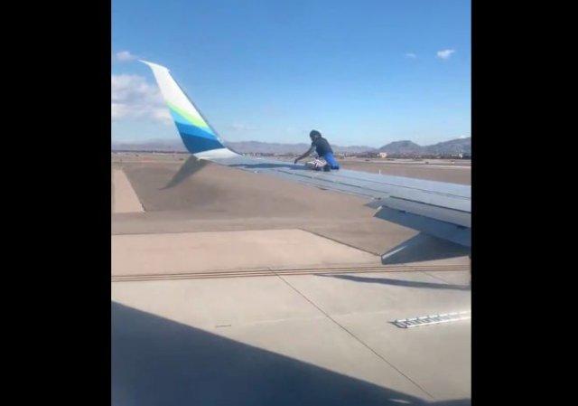Неадекватный мужчина залез на крыло самолета в Лас-Вегасе и свалился с него