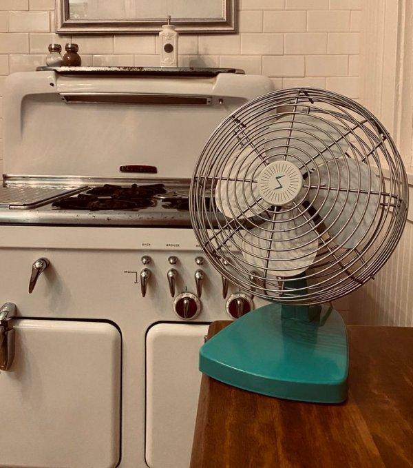Кухонная плита и вентилятор 50-х годов