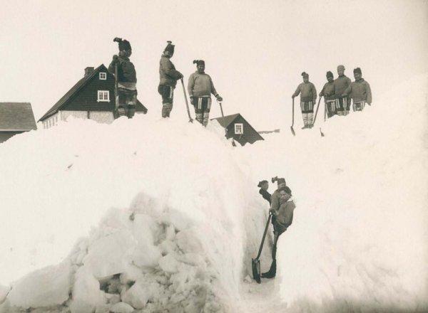 Жители города Нуук расчищают снег. 1889 г.