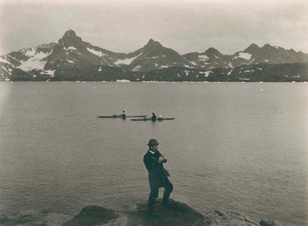Автопортрет фотографа. Томас Краббе стоит над бухтой Тасиусак. 1889 г.