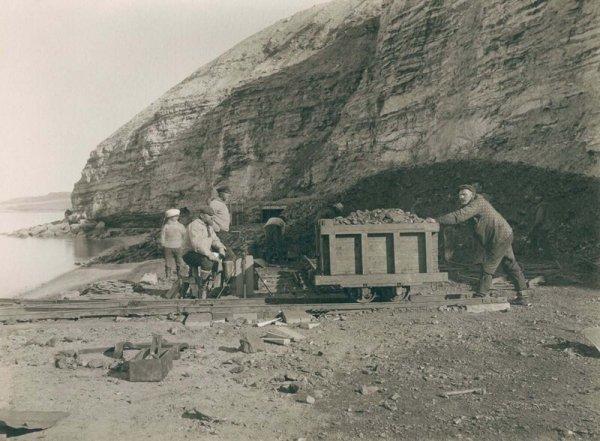 Шахтеры у угольной шахты в Каарсуарсуке. 1889 г.