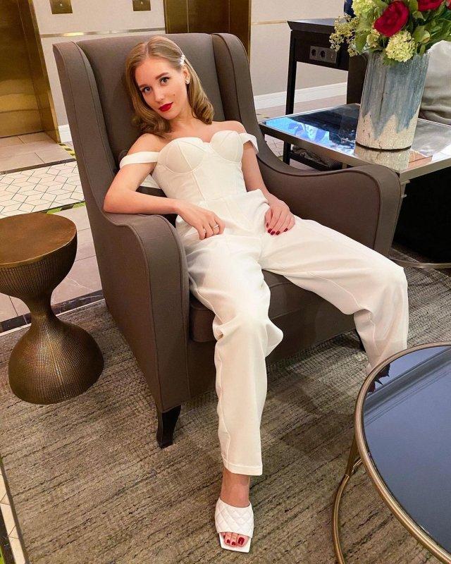 Кристина Асмус в белом платье