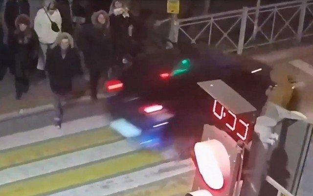 В Мурино водитель такси подрался с прохожими, а в этот момент его машину угнали
