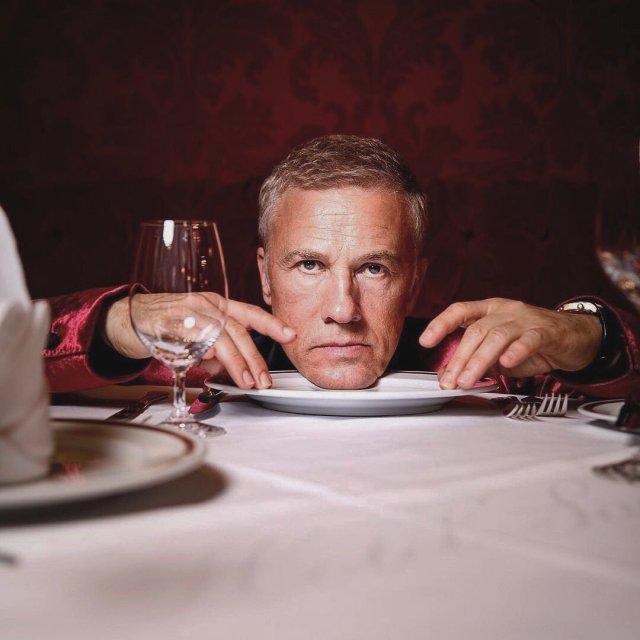 Кристофер Вальц рядом с тарелкой и стаканом