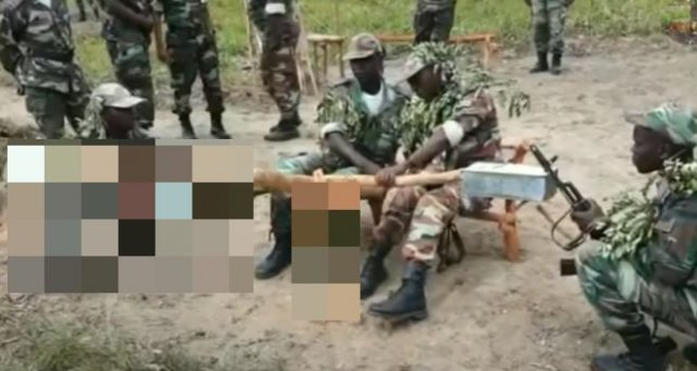 """Африканские военные тренируются """"стрелять"""" из зенитной установки"""