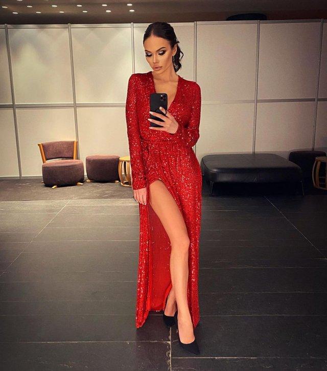 Яна Кошкина в красном платье в декольте