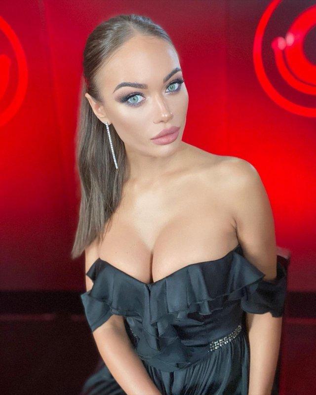 Яна Кошкина в черном платье с декольте