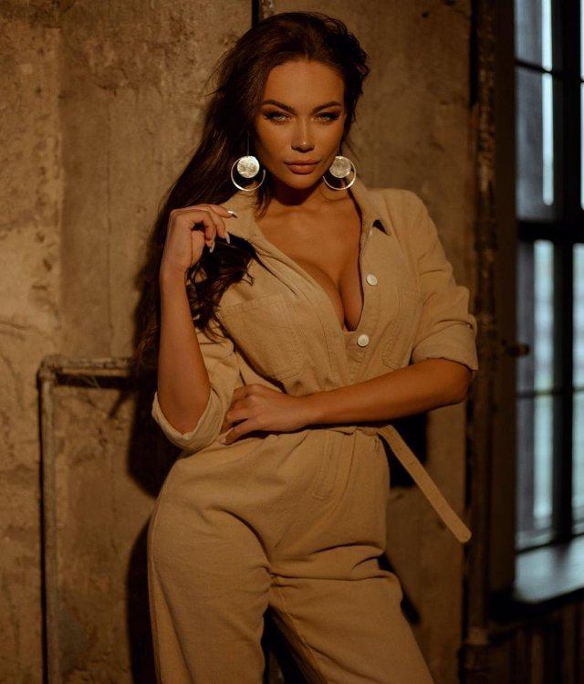 Яна Кошкина в коричневом платье