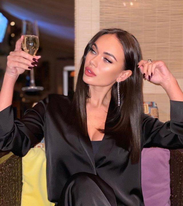 Яна Кошкина в черном платье