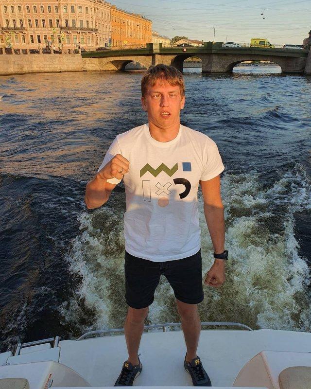 Алексей Щербаков в белой футболке и штанах
