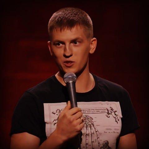 Алексей Щербаков в черной футболке