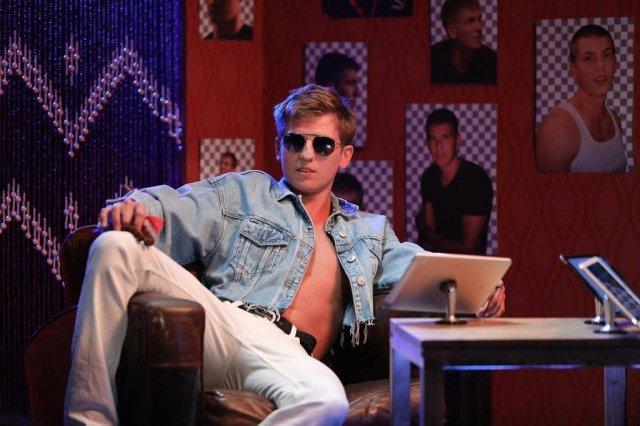 Алексей Щербаков в джинсовой куртке и очках
