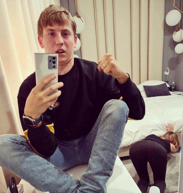 Алексей Щербаков в черном свитере и джинсах