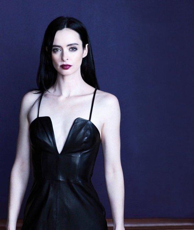 """Кристин Риттер - звезда проекта Marvel """"Джессика Джонс"""" в черном платье"""