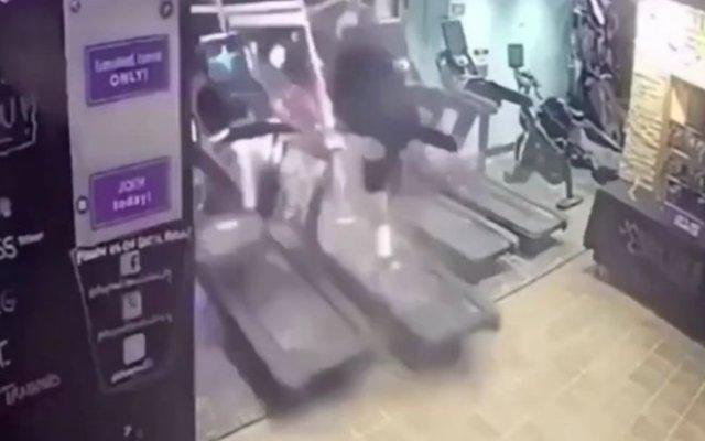 Очень неожиданно: машина снесла парня, занимающегося на беговой дорожке