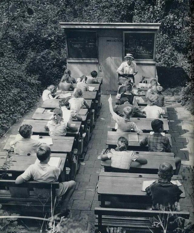 Классная комната под открытым небом в Нидерландах. Такие школы были построены для больных детей и для борьбы с туберкулезом, 1960-е