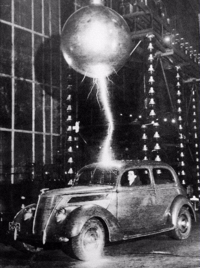 Автомобиль тестируют на устойчивость к удару молнии подавая разряд в 3 млн. вольт, 1942 год.