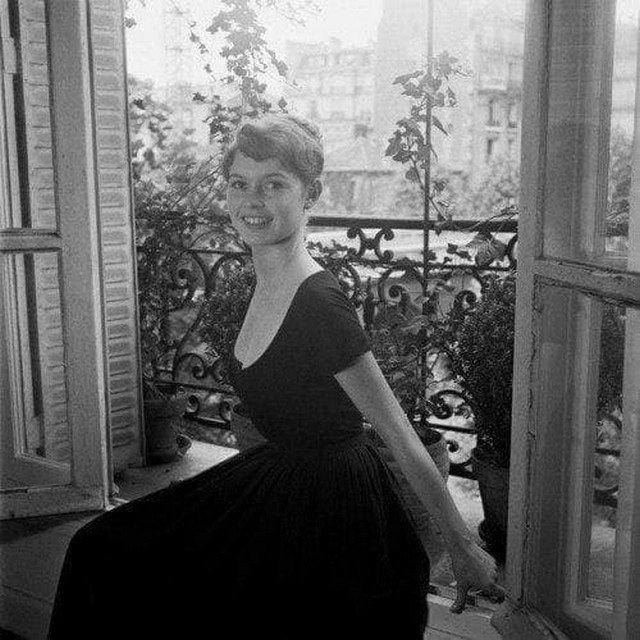 Молодая Бриджит Бардо в доме своих родителей в Париже в начале 1950-х годов.
