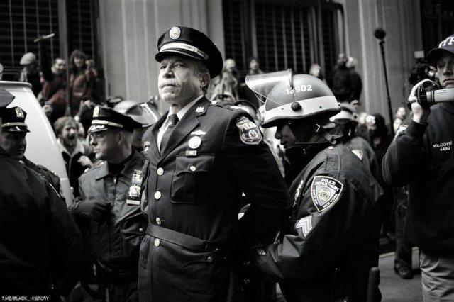 Капитана полиции Рейя Льюиса арестовали за то, что он принимал участие в протестах на Уолл-стрит в 2011 году.