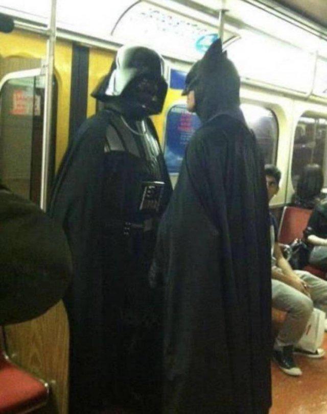 Бэтмен и Дарт Вейдер в метро