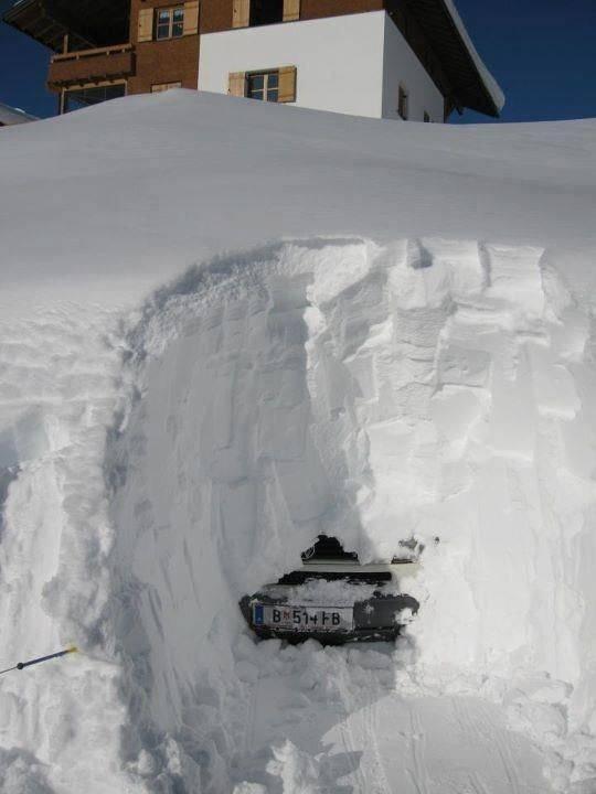 Высокие сугробы снега