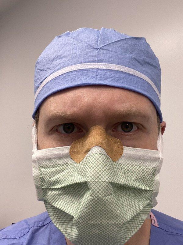 Если от маски у вас потеют очки, то наклейте пластырь на переносицу
