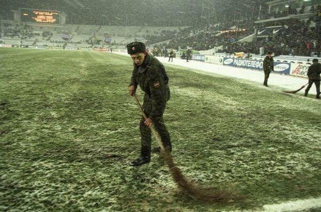 Подготовка газона перед матчем Россия - Италия, Москва, 1998 год.
