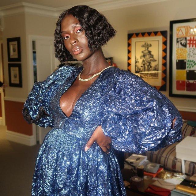 Джоди Тернер-Смит в синем платье