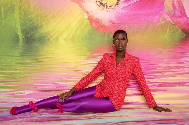 Джоди Тернер-Смит в розовом пиджаке и фиолетовых штанах