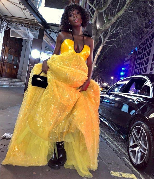 Джоди Тернер-Смит в желтом платье