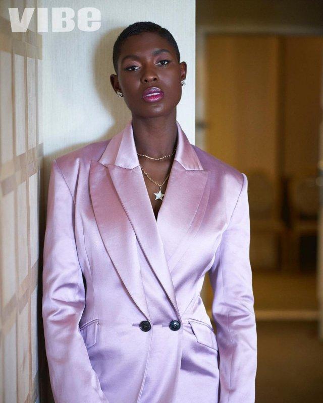 Джоди Тернер-Смит в розовом пиджаке