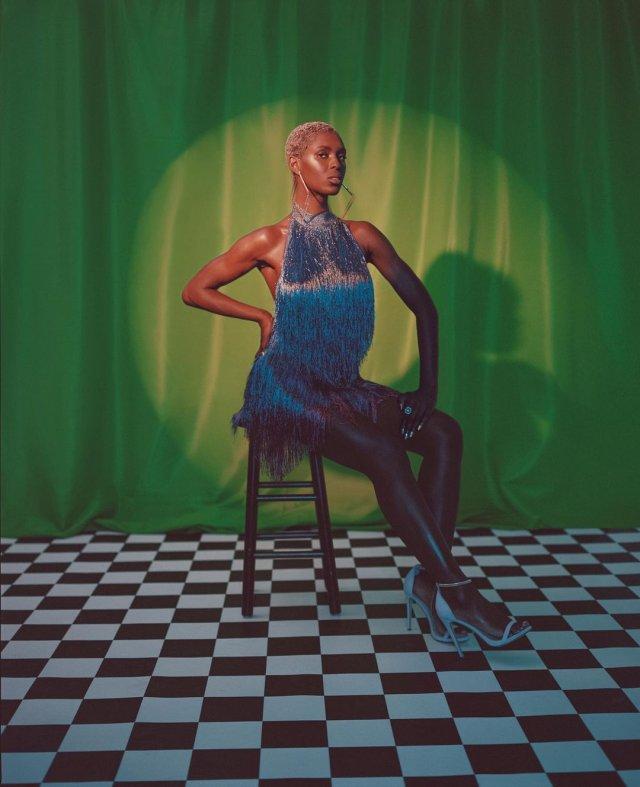 Джоди Тернер-Смит в синем платье на зеленой шторе