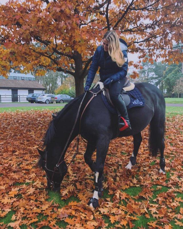 Софья Абрамович - дочь миллиардера Романа Абрамовича на лошади.