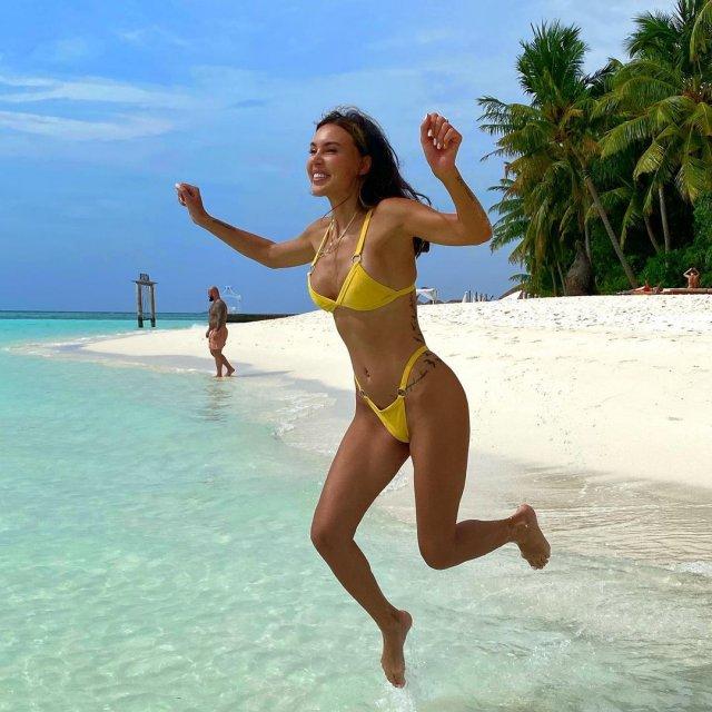 Оксана Самойлова в желтом купальнике