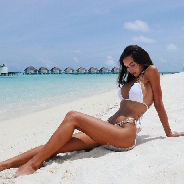 Оксана Самойлова на пляже в белом купальнике