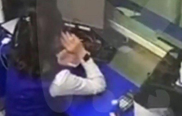 """Грабитель вынес 450 тысяч из банка в Санкт-Петербурге, но вел себя """"культурно"""""""