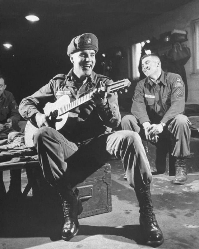 Элвис Пресли играет для своих однополчан, во время службы в армии, 1959 год.