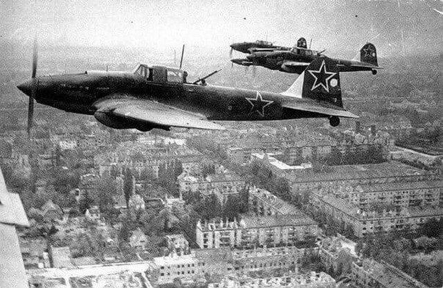 Советские штурмовики Ил-2 над Берлином, 1945 год.