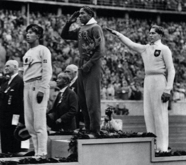 Джесси Оуэнс, первый чернокожий, ставший олимпийским чемпионом. Берлин, 1936 год
